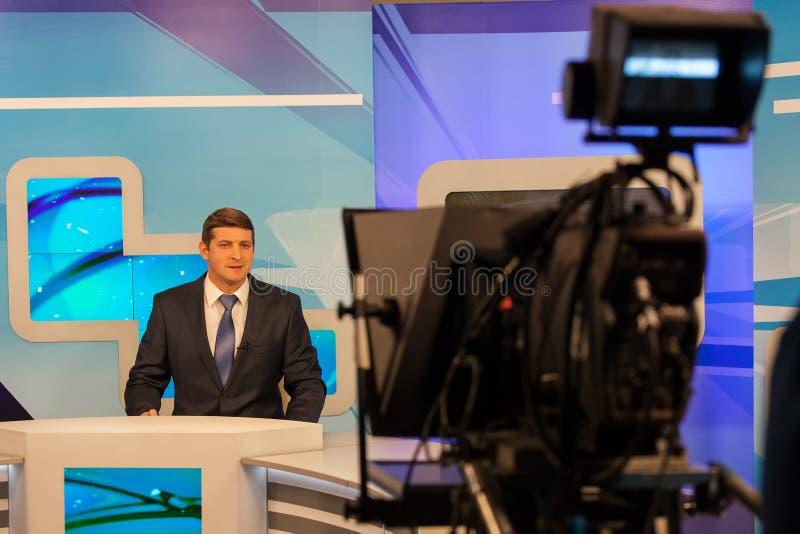 Reportero o presentador estrella de sexo masculino de la grabación de la cámara del estudio de la TV Difusión viva imagen de archivo libre de regalías