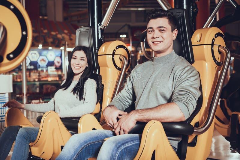 Repos d'amis en parc d'attractions photo libre de droits