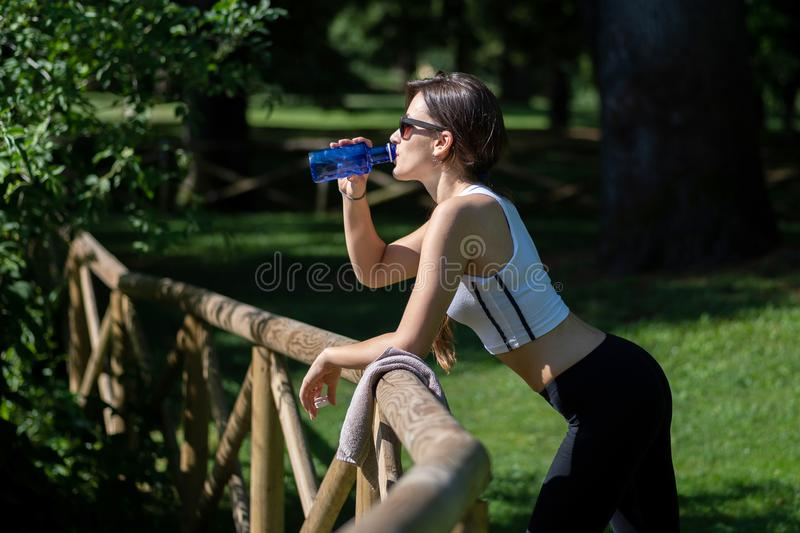 Repos d'une fille d'Italien pendant la formation photo libre de droits