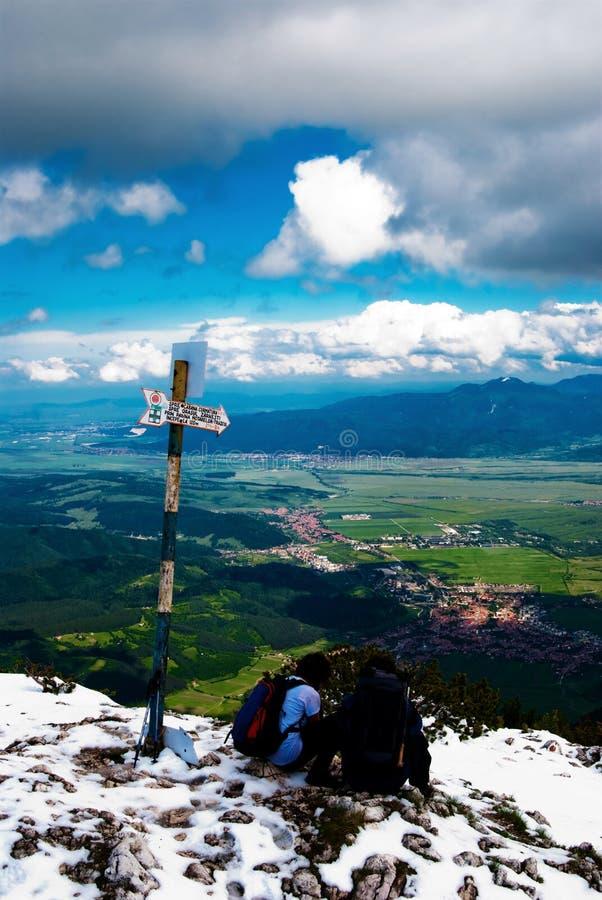 Repos dans le dessus de la montagne photos stock