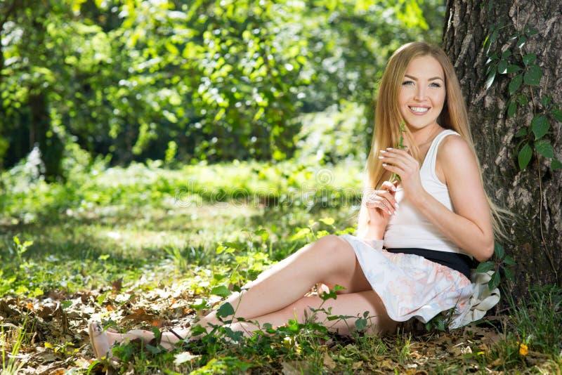 Download Repos de jeune femme photo stock. Image du sourire, personne - 77156138