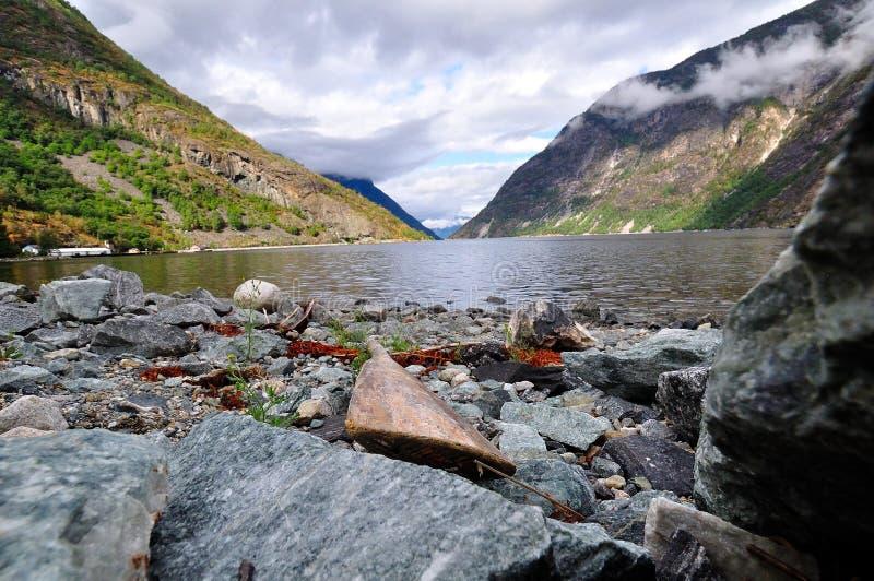 Repos de la palette sur un rivage stupéfiant photographie stock