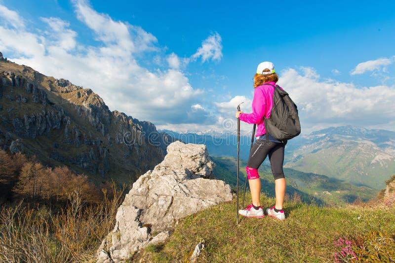 Repos de randonneur de fille dans les montagnes photographie stock