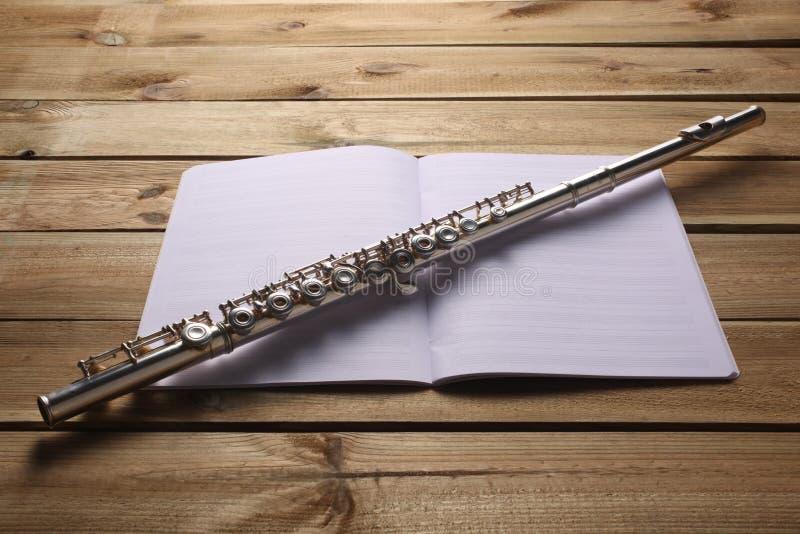 Repos de score de cannelure transversale et de musique sur un conseil en bois photos libres de droits