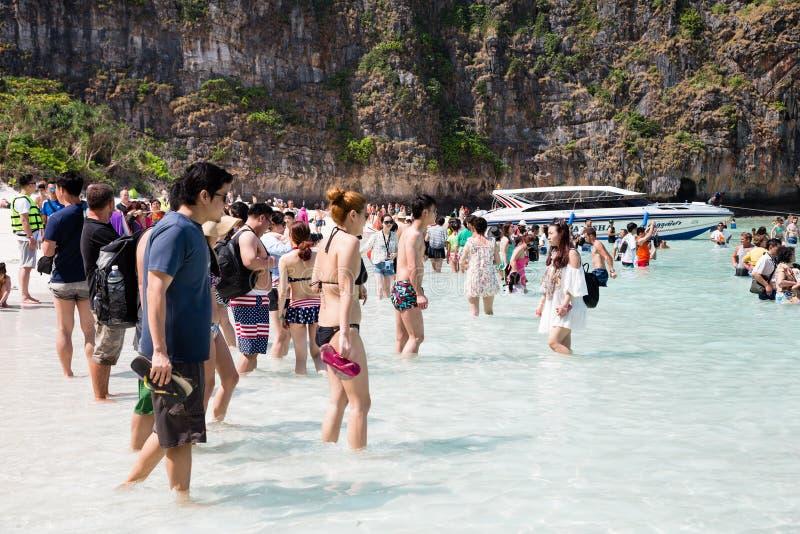 Repos de touristes sur l'île de Phi Phi Leh, Thaïlande photo libre de droits