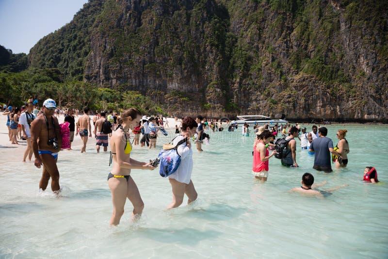 Repos de touristes sur l'île de Phi Phi Leh, Thaïlande photographie stock libre de droits