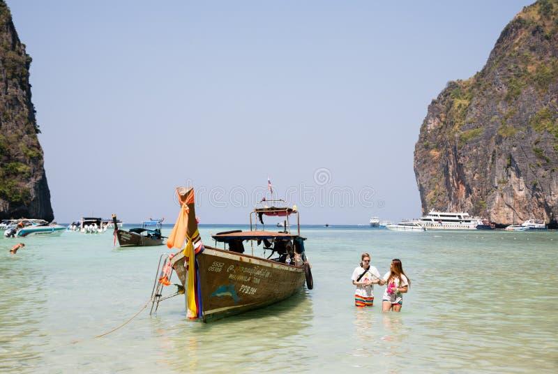 Repos de touristes sur l'île de Phi Phi Leh, Thaïlande images libres de droits