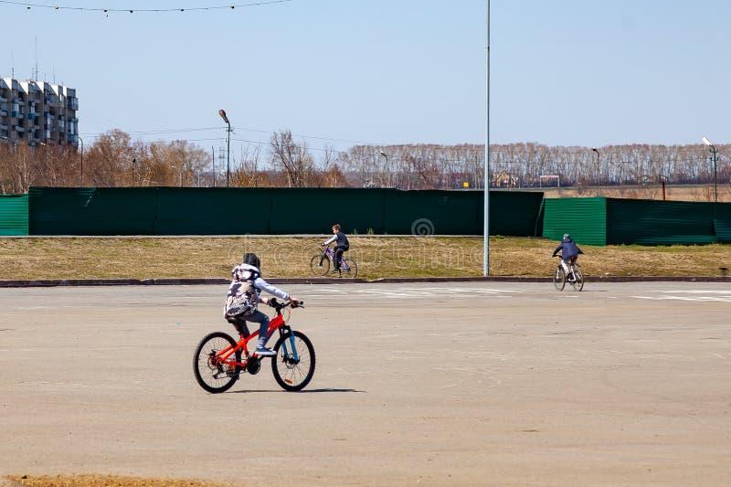 Repos en parc pendant l'?t? o? les ann?es de l'adolescence montent des bicyclettes un jour ensoleill? clair de ressort ou d'?t? R image libre de droits