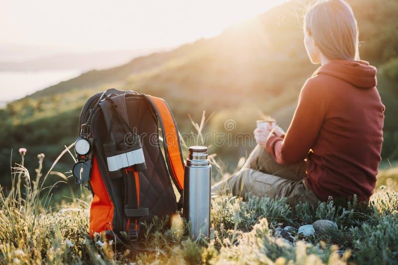Repos femelles de randonneur dans les montagnes photographie stock