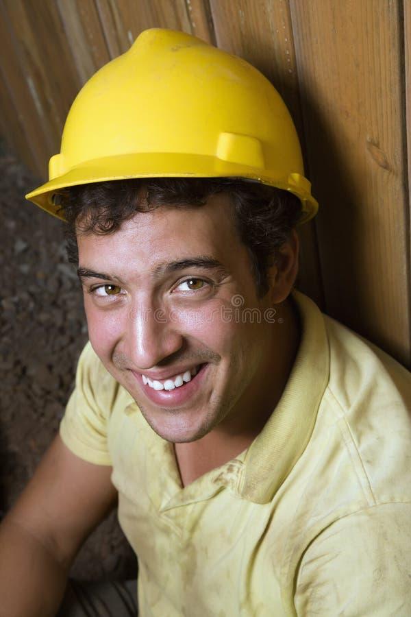 Repos mâle caucasien de travailleur de la construction images stock