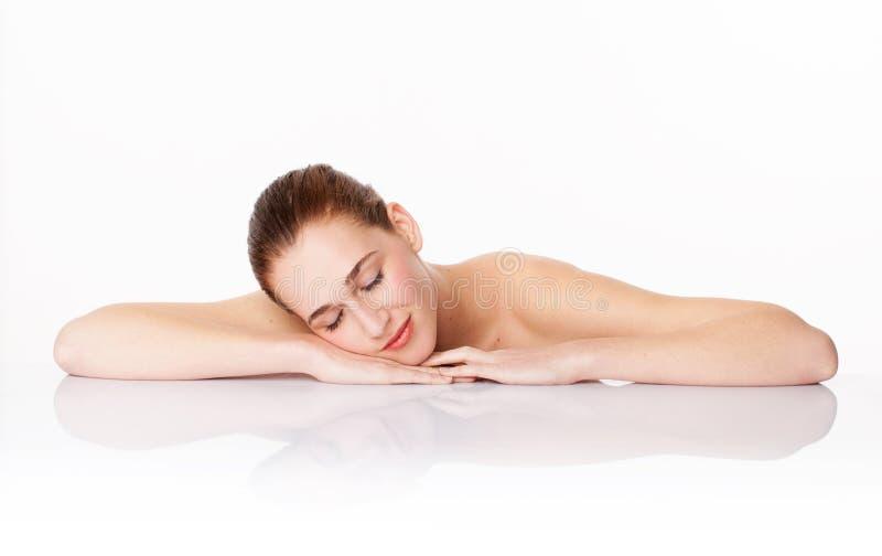 Repos magnifique de femme, symbole des cosmétiques pour l'hydratation et soins de la peau calmants photos libres de droits