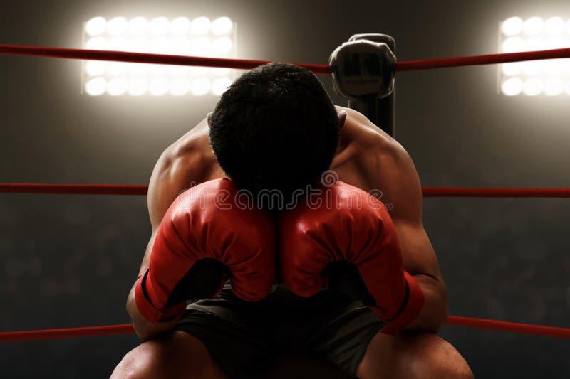 Repos musculaire de boxeur sur l'anneau image libre de droits