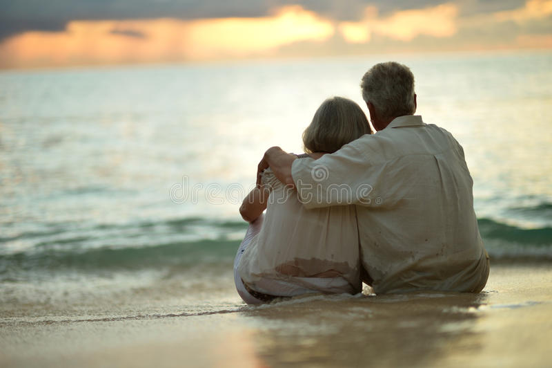 Repos plus âgé de couples à la station de vacances tropicale image libre de droits