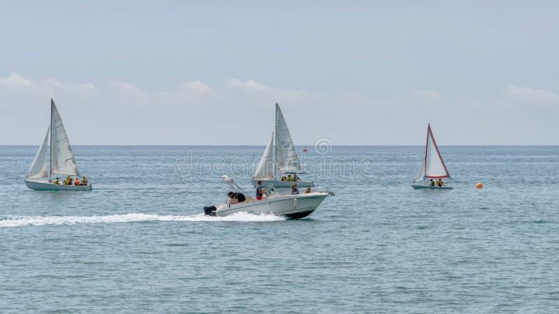 Repos sur la mer Canot automobile, bateaux avec la voile Activité sportive de mer extérieure photos stock