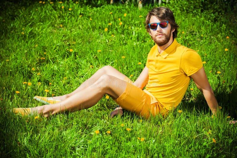 Repos sur une herbe photographie stock libre de droits