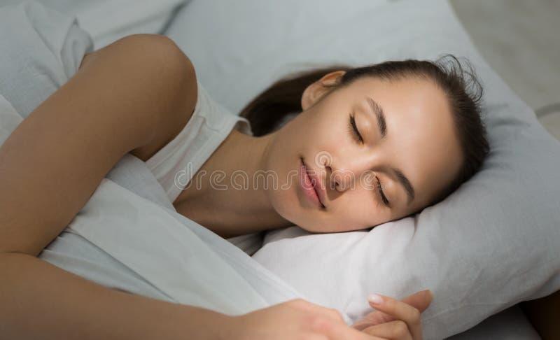 Reposez le rétablissement pendant la vie active Femme dormant dans le b?ti photographie stock libre de droits