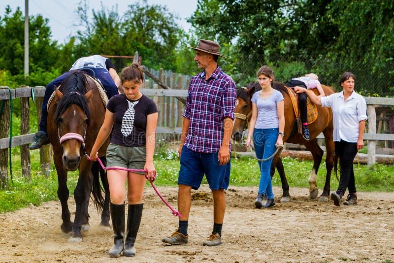 Reposez-vous dans le camp équestre du ` s d'enfants d'été en Ukraine images stock