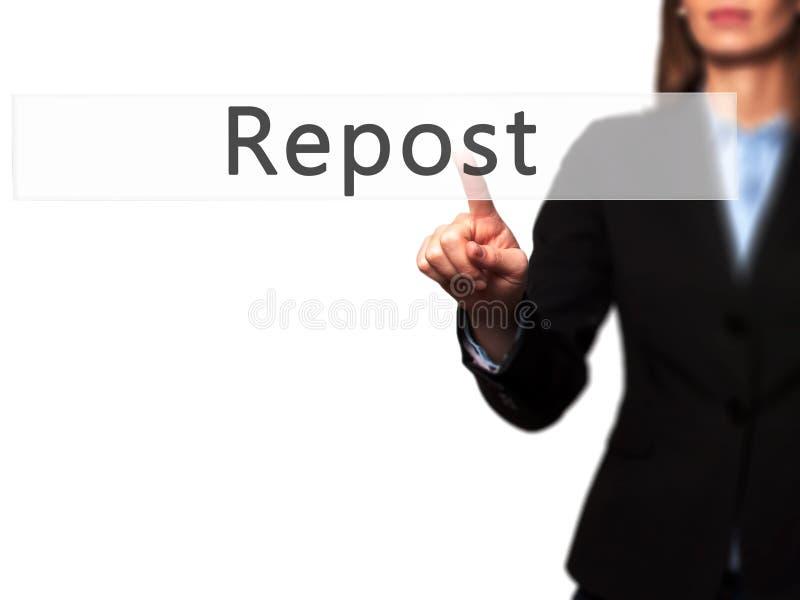 Repost - bouton de pressing de main de femme d'affaires sur l'inte d'écran tactile photo stock