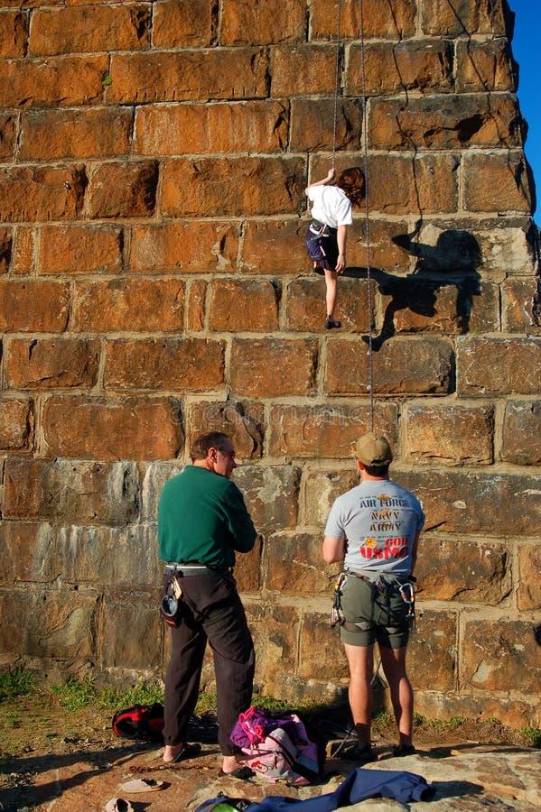 Repousser en bas d'un mur en pierre de bloc images libres de droits