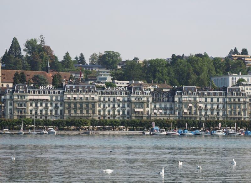 Repräsentativhotelgebäude in der europäischen Stadt der Schönheit an der Seelandschaft in der Schweiz lizenzfreies stockbild