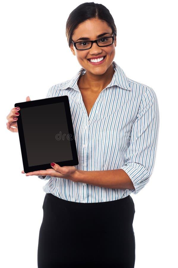 Représentant de commerce montrant le PC de comprimé à vendre photo libre de droits