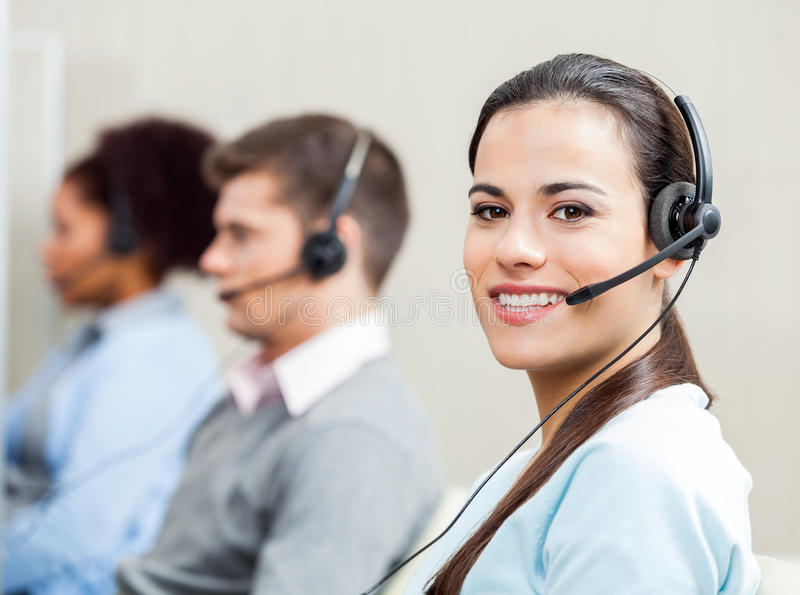 Représentant féminin de sourire In de service client images stock