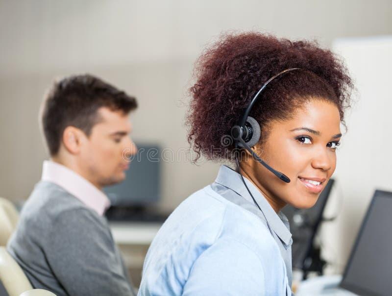 Représentant Wearing Headset At de service client images libres de droits
