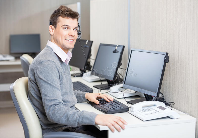 Représentant Working In Office de service client image stock