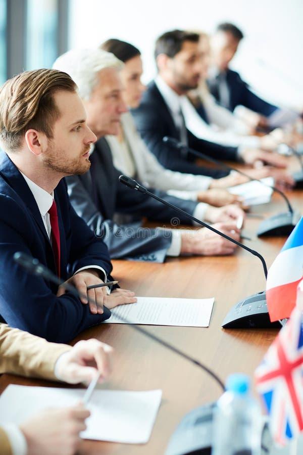 Représentants officiels lors de la réunion images stock