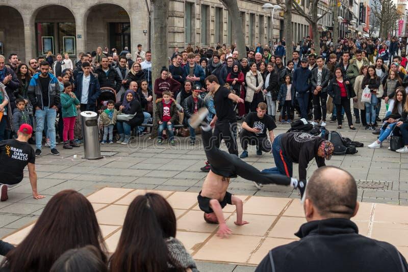 Représentation d'un groupe de danse de la jeunesse de rue sur le Roi historique central Street de Koenigstrasse de rue photo stock