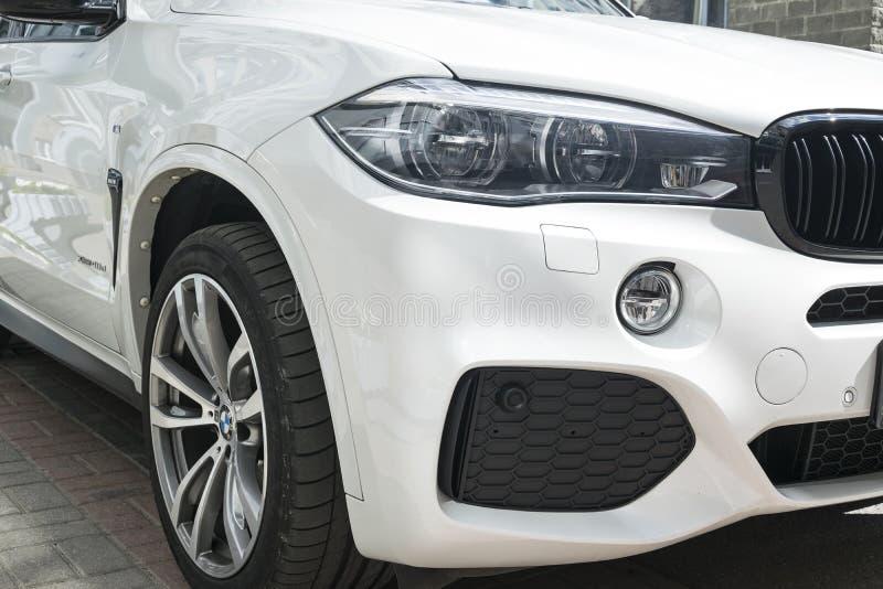 Représentation de BMW X5 M Roue de pneu et d'alliage phare Vue de face d'une voiture de luxe moderne blanche Détails d'extérieur  photo libre de droits