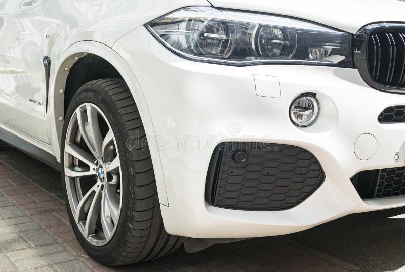 Représentation de BMW X5 M Roue de pneu et d'alliage phare Vue de face d'une voiture de sport de luxe moderne blanche Détails d'e photographie stock libre de droits