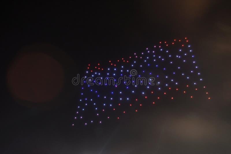 représentation de bourdon léger s'chargeant du drapeau thaïlandais sur le ciel dans le couronnement du Roi Rama 10 photo stock