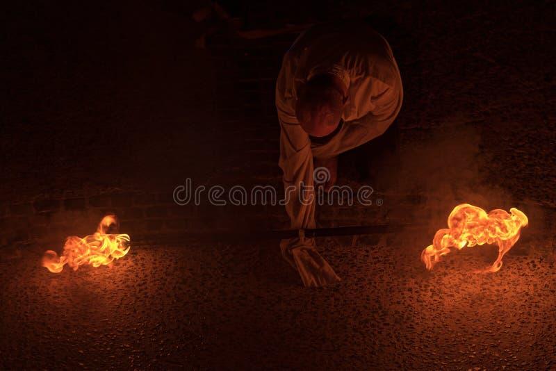 Représentation de feu par un homme la nuit photographie stock