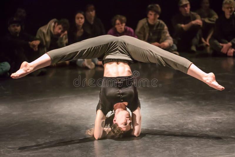 Représentation de Francesca Orso, étudiante de cirque de Fontys et d'arts de représentation, Tilburg, Pays-Bas photos libres de droits