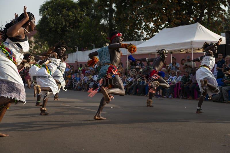 Représentation de groupe pendant les célébrations de carnaval avec les hommes et des femmes dansant et utilisant les costumes tra image libre de droits