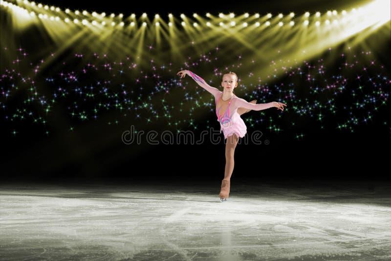 Représentation de jeunes patineurs, spectacle sur glace image stock