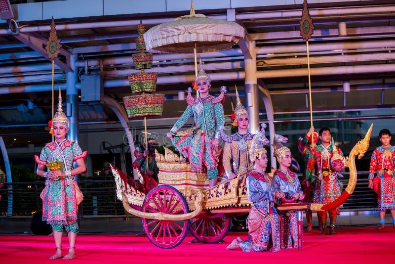 Représentation de la pantomime thaïlandaise Khon au skywalk de Sathorn Narathiwas photo libre de droits