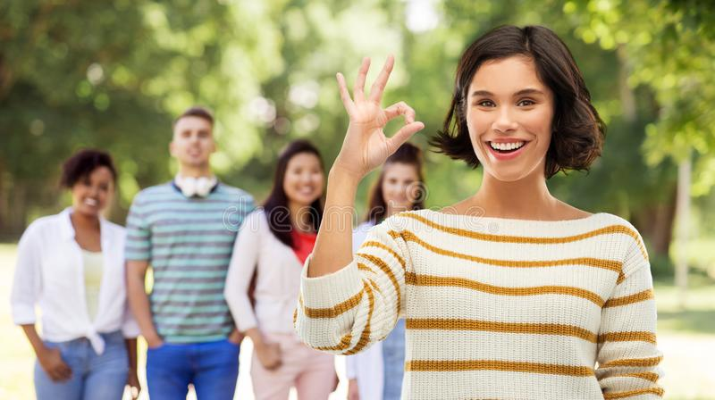 Représentation de sourire heureuse de femme correcte au-dessus du parc d'été photo libre de droits
