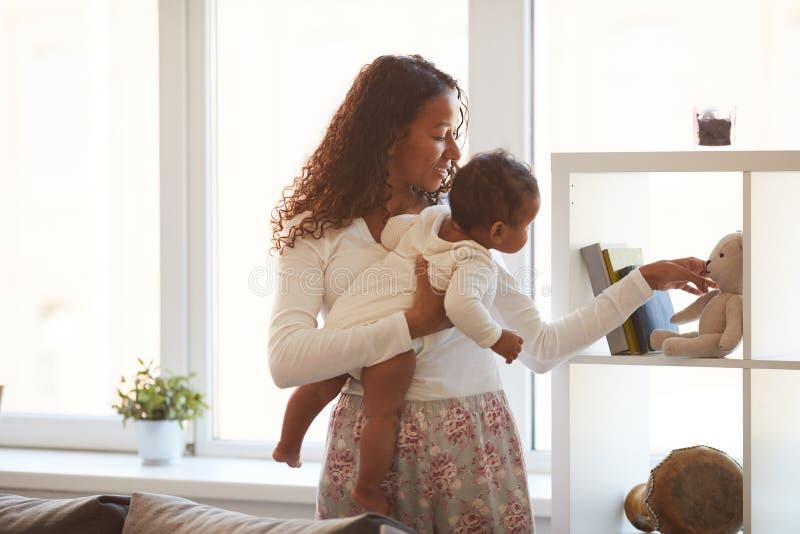 Représentation des jouets au bébé curieux photos stock
