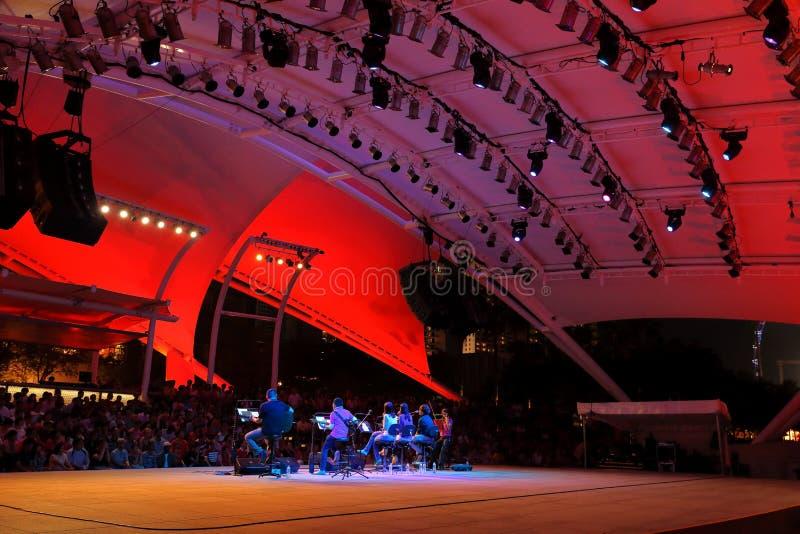 Représentation gratuite au théâtre extérieur Singapour d'esplanade Affrontement du 300m long bord de mer le long de Marina Bay, l photographie stock