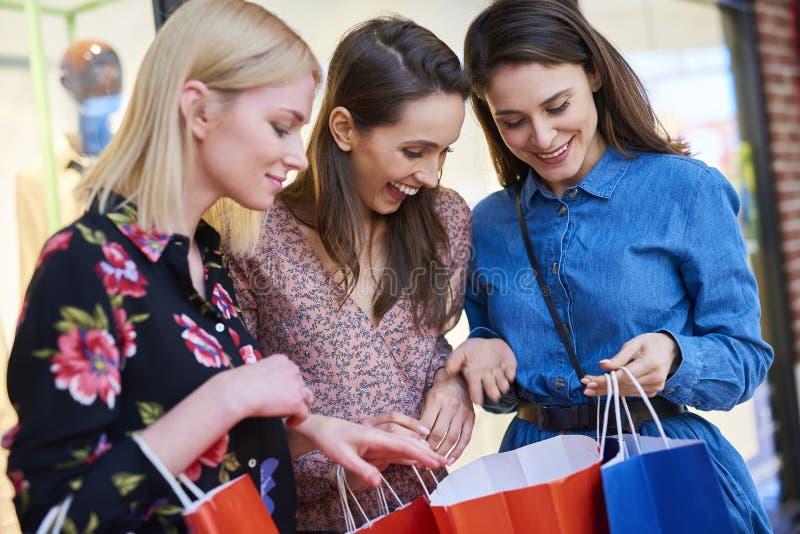 Représentation heureuse de femme ce qu'elle a acheté photos stock
