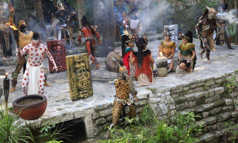 Représentation maya de personnes d'amerindian de Pré-hispanique dans la jungle dans le Villag maya antique image libre de droits