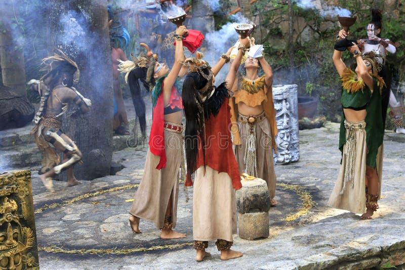 Représentation maya de personnes d'amerindian de Pré-hispanique dans la jungle dans le village maya antique images libres de droits