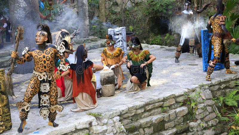 Représentation maya de personnes d'amerindian de Pré-hispanique dans la jungle dans le village maya antique photos libres de droits