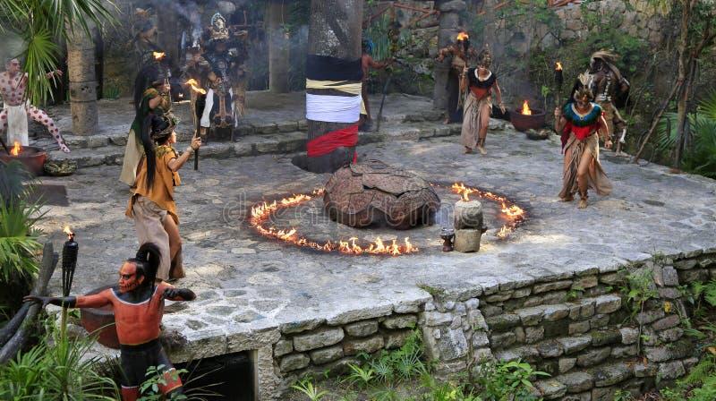 Représentation maya de personnes d'amerindian de Pré-hispanique dans la jungle dans le village maya antique image stock