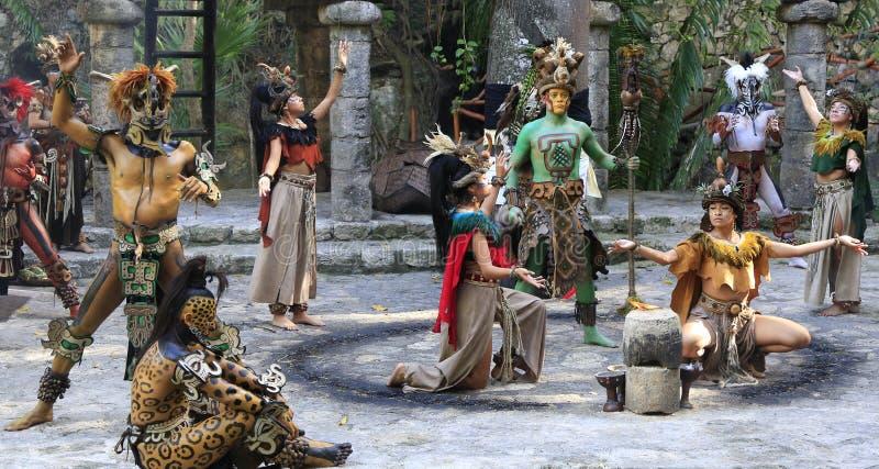 Représentation maya de personnes d'amerindian de Pré-hispanique dans la jungle dans le village maya antique photographie stock