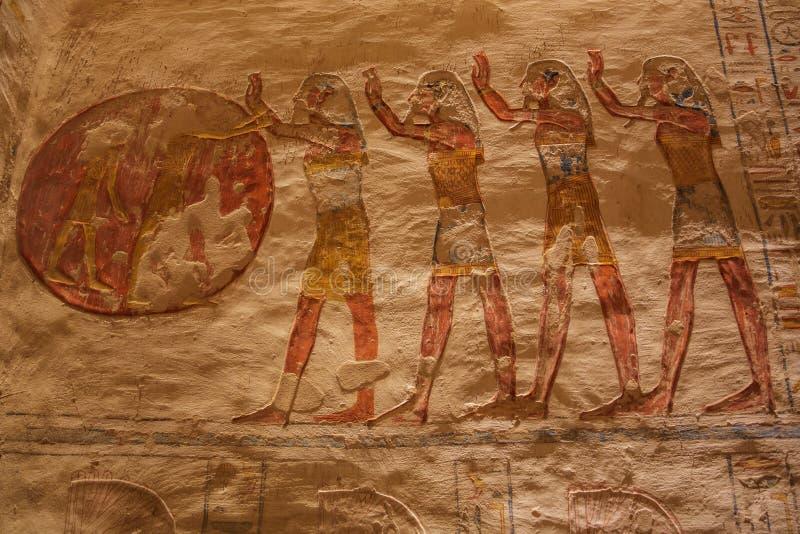 Représentation peinte d'adorer le soleil dans la tombe de Ramesses VII image stock