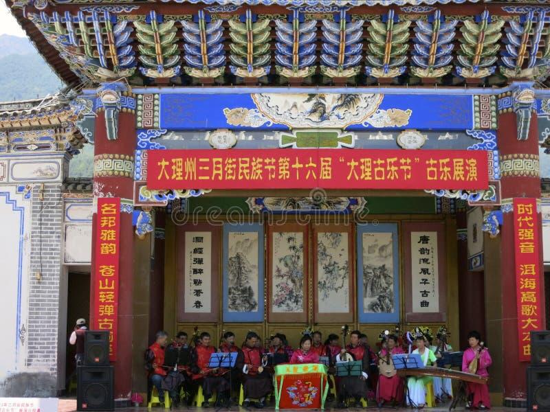 Représentation traditionnelle de musique de personne d'origine chinoise pour célébrer le festival photo stock