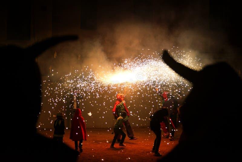 Repr?sentation de rue de Ball de Diables en Catalogne Danse heureuse de personnes avec quelques feux d'artifice dans une c?l?brat photos stock
